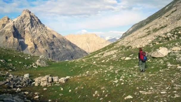 Backpacker žena turistiky na chodník v malebné krajině s vysokou horou, Dolomity, Itálie. Letní dobrodružství na Alpy