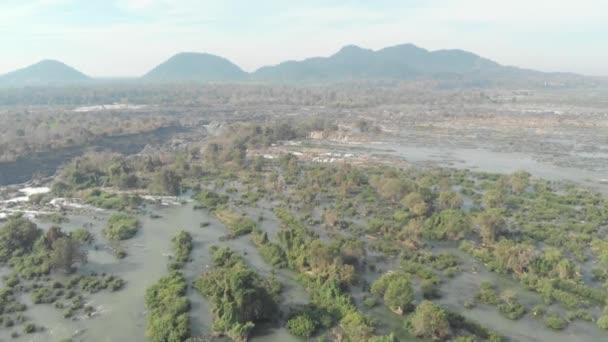 Letecká anténa: letí nad Don Det a 4000 ostrovů Mekong v Laosu, lifi, proslulá turistická destinace v jihovýchodní Asii, úchvatná krajina. Nativní cinepodobné profil barev D-log