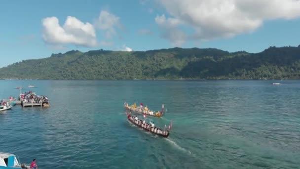 Antenne: Kora-Kora traditionelles jährliches Kanu-Rennen in Bandaneira im schönen Meer der Banda-Inseln, Maluku, Indonesien. natives, kinematografisches d-log Farbprofil