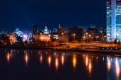Szép éjszakai városkép kilátás Jekatyerinburg és Iset folyó fények gondolatok a jégen