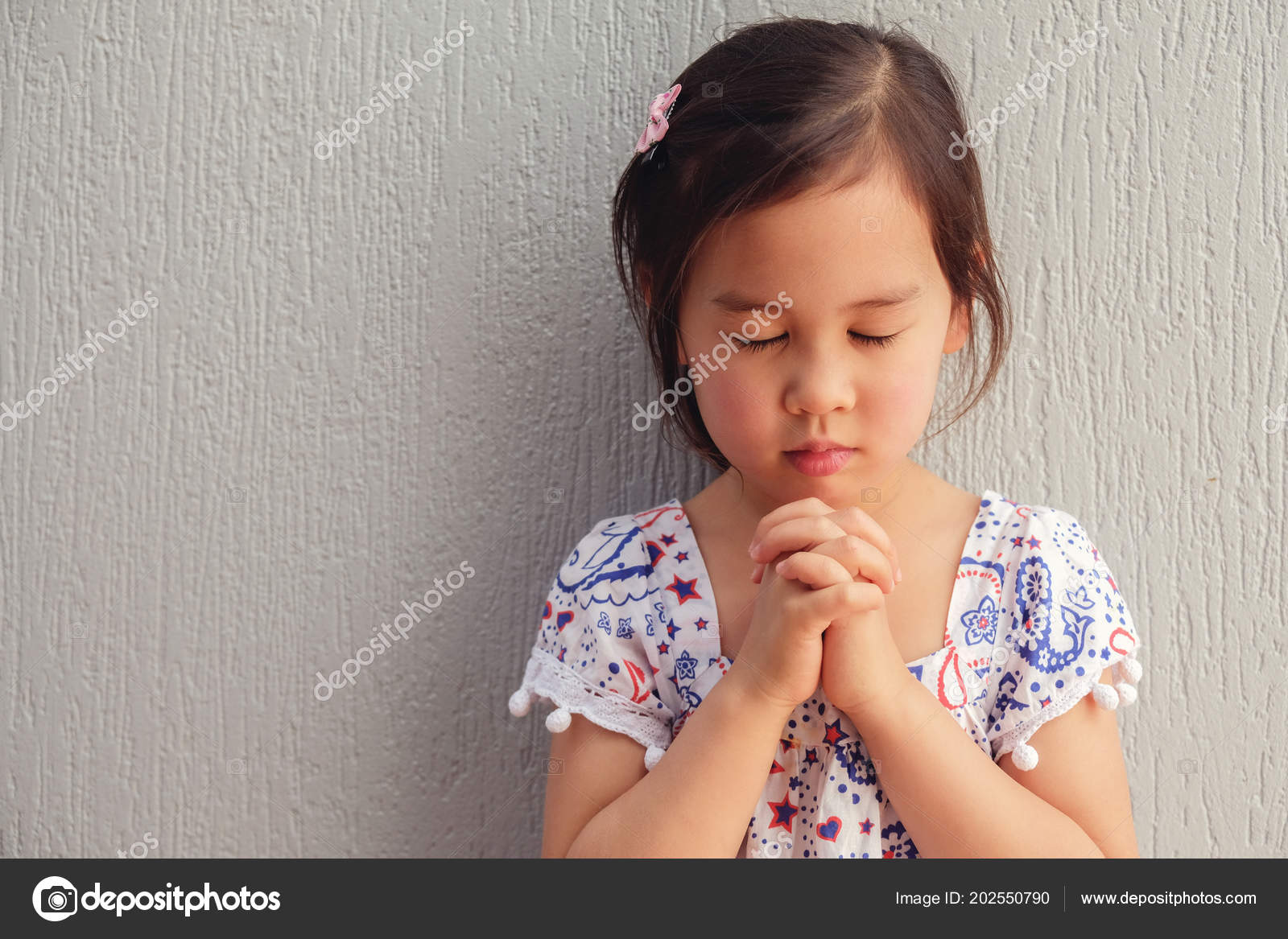 Asian Little Girl Praying Eyes Closed Stockfoto Sewcream 202550790