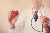 Fényképek Orvos gazdaság piros szív, szív-egészségügyi koncepció