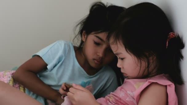 multikulturális kisgyermekek lányok mobil segítségével a szoba