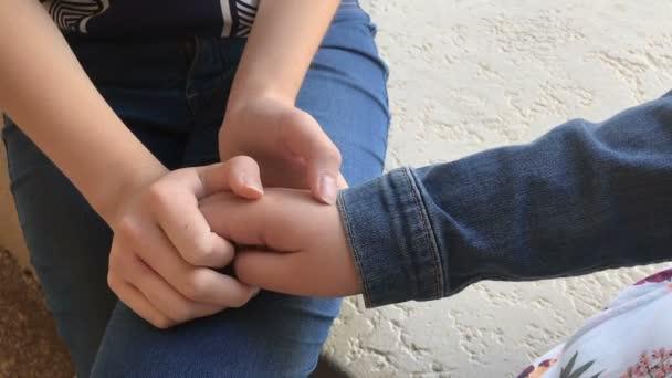 Megnyugtató és együttérzés gazdaság kezek