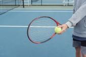Malé doplnění boy tenista na venkovní modrý kurt