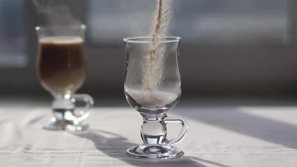 Napěňovač vylévání horké mléčné pěny v espresso připravit kávu s