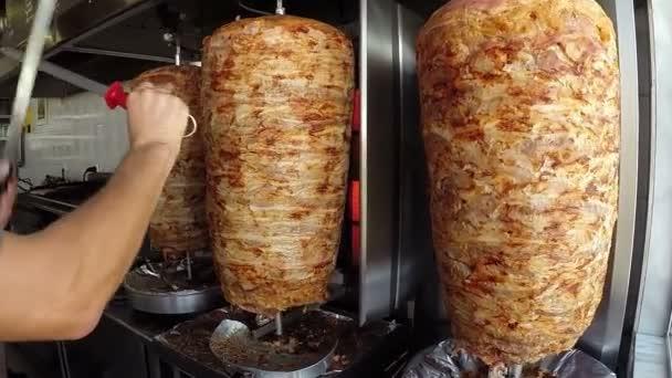Gyros Příprava na kuchyň v pouliční restauraci, řezník ostření nože