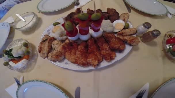 Szépen elrendezve, különböző ízletes ételt az asztalra Hd 1080p