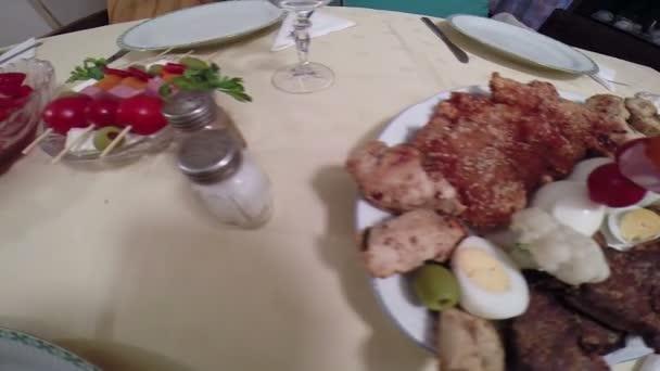 Különféle ízletes ételeket szolgálnak fel, az asztalon egy ünnepi vacsora Hd 1080p