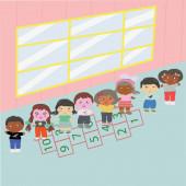 Šťastné děti při procházce ve školní hale.