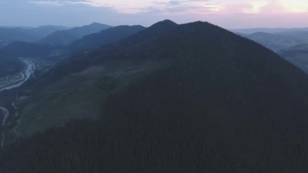 Foggy Mountain vesnice u řeky v Karpatech 360 panorama, letecký pohled na záběry DRONY