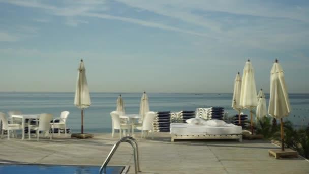 ruhiger Pool bei Sonnenuntergang, siehe Seite Hotel, Panorama