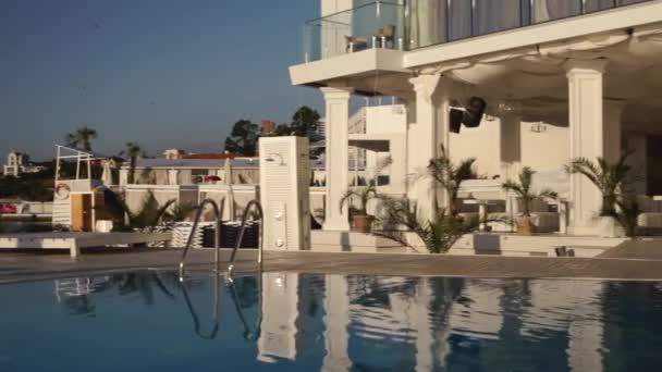 Luminosa piscina vuota di fronte al panorama hotel spiaggia al giorno