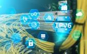 ipv6-Netzwerktechnologie-Konzept auf Serverraum-Hintergrund.
