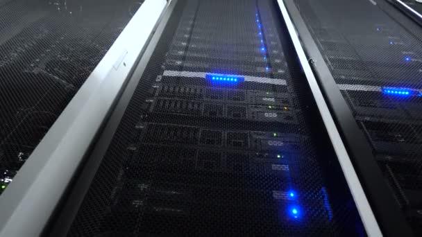 Web-Netzwerk, Internet-Telekommunikationstechnologie, Big-Data-Speicherung, Cloud-Computing-Computerservice Geschäftskonzept: Serverraum-Interieur im Rechenzentrum