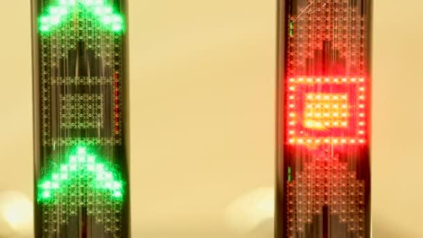 grüner LED-Lichtpfeil, der nach oben zeigt und sich schnell nach oben bewegt. Grüner Pfeil Rolltreppe