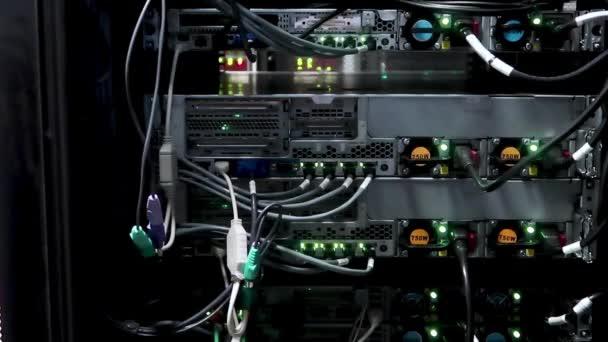 Ethernet-Netzwerk-Verbindung-Hub. Blinkende Lichter in einem dunklen Serverraum, Nahaufnahme von Ethernet-Kabel mit Router verkabelt