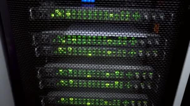 Web-Netzwerk, Internet-Telekommunikations-Technologie, große Datenspeicher, cloud computing Computer-Service-Business-Konzept: Innenraum Server im Rechenzentrum in blauem Licht.