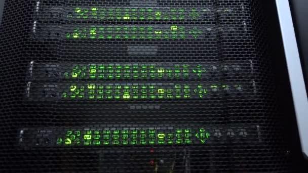 Web-Netzwerk, Internet-Telekommunikationstechnologie, Big-Data-Speicherung, Cloud-Computing-Computerservice Geschäftskonzept: Serverraum-Interieur im Rechenzentrum im Blaulicht.