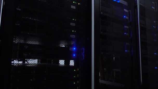 Web-Netzwerk von unten, Internet-Telekommunikationstechnologie, Big-Data-Speicherung, Cloud-Computing-Computerservice Geschäftskonzept: Serverraum-Interieur im Rechenzentrum