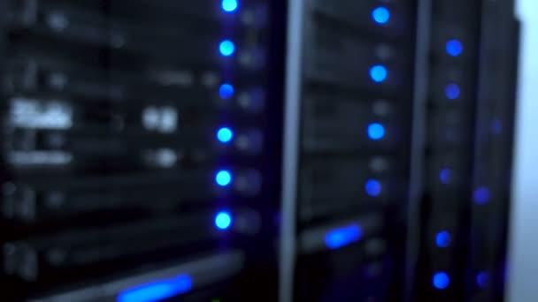Rechenzentrum, Serverraum vor verschwommenem Hintergrund. Blinkende blaue LED-Lampen