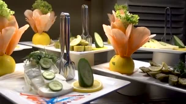 Všechny inclisive jídlo formou bufetu v luxusní resort. Mnoho jídel. Jídla v restauraci. vnitřní jídlo v luxusní restauraci s masem barevných ovoce a zeleniny.