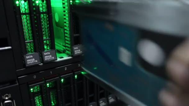 Ingenieur arbeitet in einem Rechenzentrum. Festplatteneinsatz.