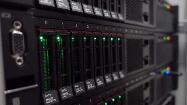Ethernet-Netzwerkverbindung Hub. Blinkende Lichter in einem dunklen Serverraum, Nahsicht auf Ethernet-Kabel, die mit Router 4k verkabelt sind
