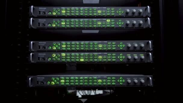 Servery v datovém centru. Stojany na servery zblízka v moderním datovém centru. Cloud computing datacenter server pokoj. 4k.