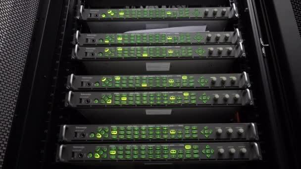 Server im Rechenzentrum. Server-Racks hautnah in modernen Rechenzentrum. Cloud-computing-Datacenter Server-Raum. 4k.