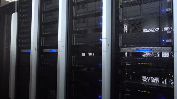 funktionierende Datenserver mit blinkenden blauen LED-Lampen