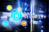 Fotografie Bezpečnost dat, prevence počítačové kriminality, ochrana digitálních informací. Ikony se zámkem a pozadí prostoru serveru