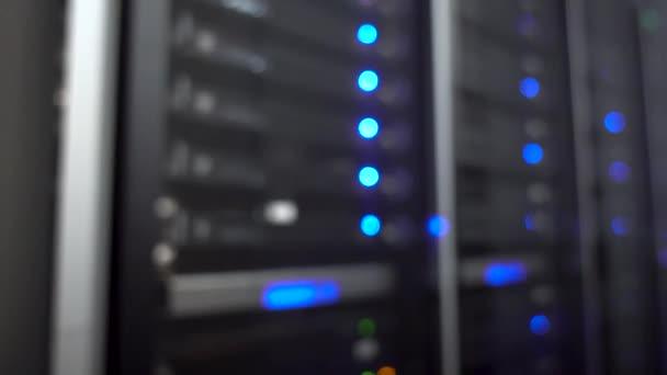blinkender Server und Rechenzentrum mit blauem und grünem Licht. verschwommener Hintergrund.