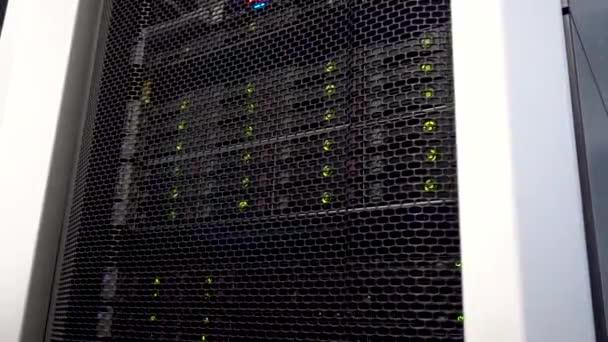 Operace dat úložiště věž s zelené indikátory. Datových center a velkých objemů dat.