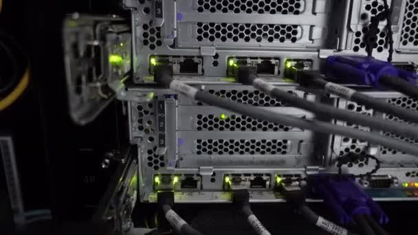 Beleuchtung und Verbindungen auf dem Netzwerkserver. funktionierender Ethernet-Switch im Rechenzentrumsraum.