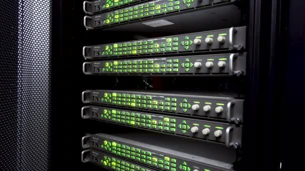 russland, moskau - 02. April 2019: Server-Racks schließen sich in modernen Rechenzentren. Video enthält Vibrationen und Flackern. Leitartikel