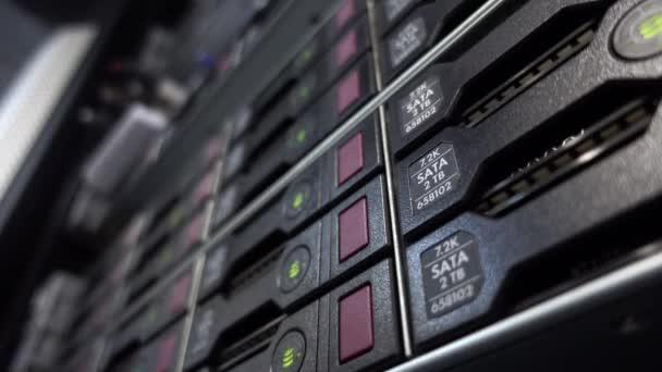 hdd server sata arbeitet im Rechenzentrumsserverraum.