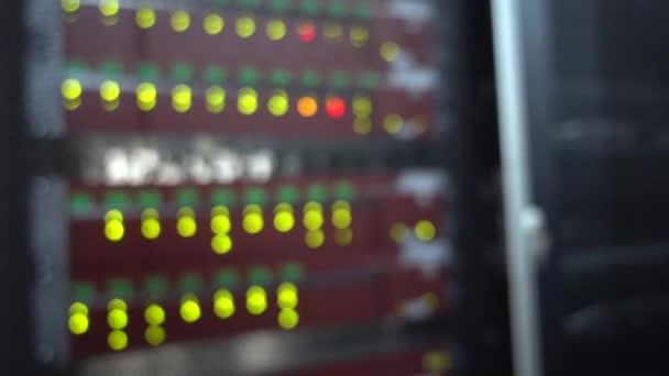 Verschwommener Serverraum. Rack-Supercomputer. Blink Green Led