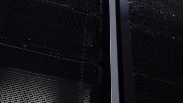 Supercomputer. Serverraum-Rechenzentrum mit funktionierenden Serverschränken