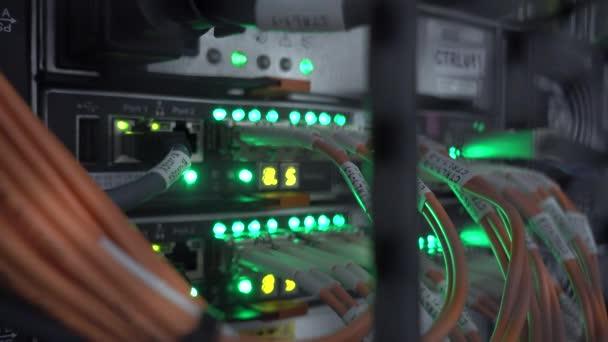 Server-Racks im modernen Rechenzentrum. Serverraum für Cloud Computing-Rechenzentrumsdaten.