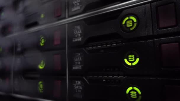Hdd Server Rack. Big Dark Rechenzentrum. Grüner Blinken.