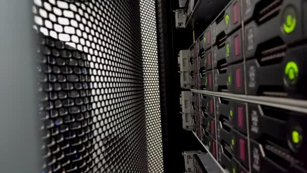 Zeigt Festplatten im Rechenzentrum. hdd sata. Video enthält Rauschen. Serverschrank mit offener Tür.