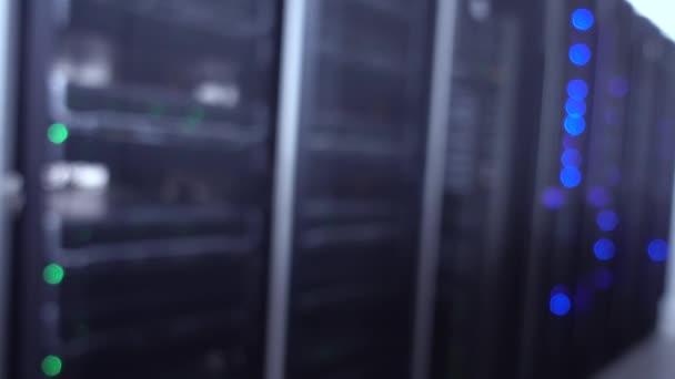 Blue Blurred Data Center Concept 2. enthält Rauschen.