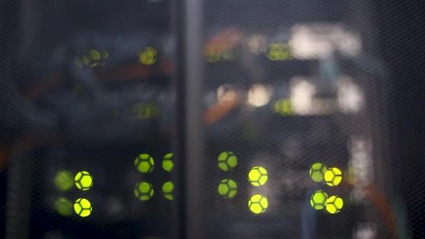 Rechenzentrum, Serverraum vor verschwommenem Hintergrund. Schönes Bokeh