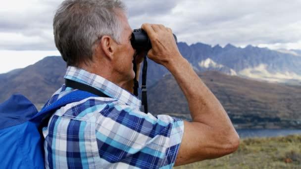 Wandern frau mit fernglas wandern konzept stockfoto bild