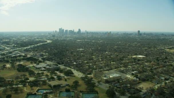 Légi elővárosi tájkép, város jármű autópálya Dallas belvárosban felhőkarcolókat és lakossági külvárosban Texas Usa