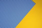 Fényképek kék csíkos és sárga pontozott sablonok a háttérben felülnézet