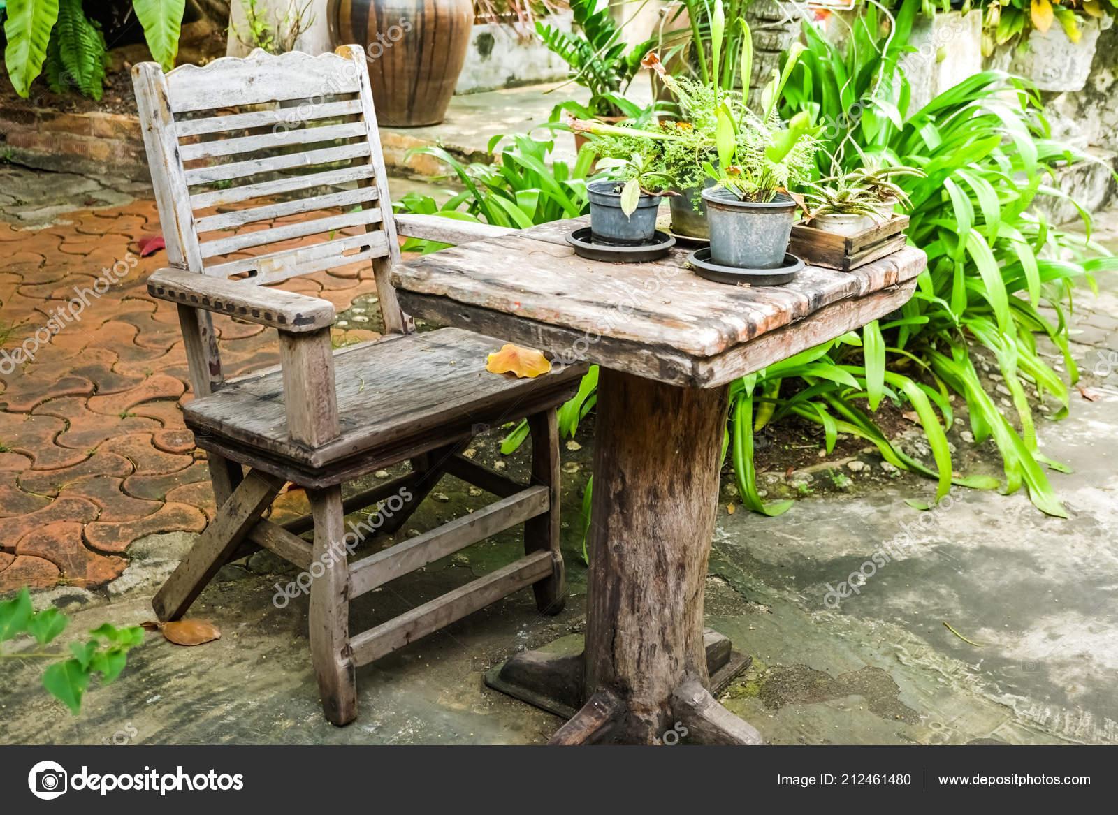 Ancien Bois Vintage Table Une Chaise Dans Jardin Naturel ...