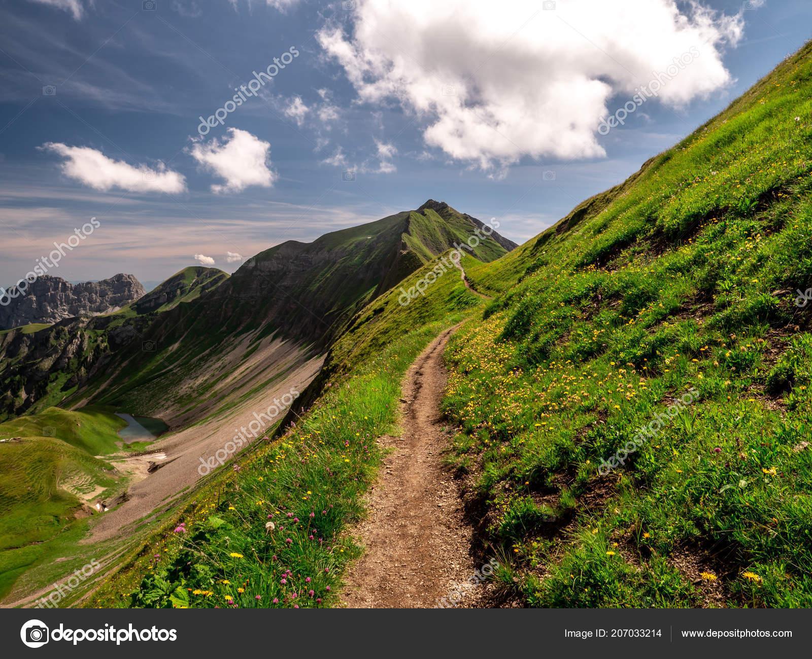 a09d528985b Caminho Caminhadas Assustador Com Belas Paisagens Vista Sobre Alpes Suíços  — Fotografia de Stock