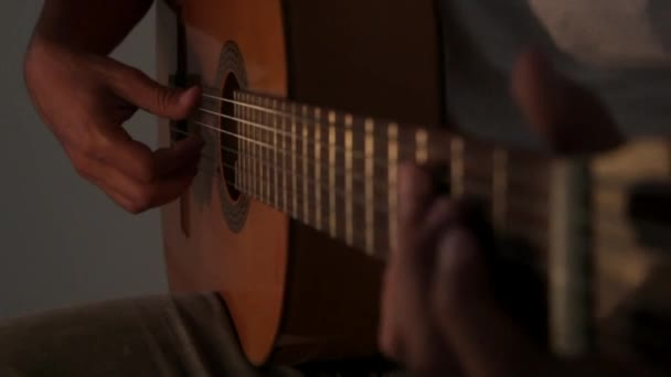 video z kytarista akustická kytara